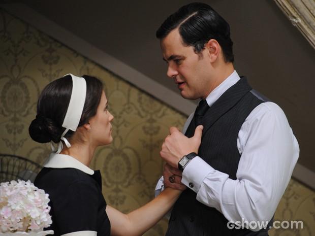 Manfred aborda Amélia na casa de chá e ela fica desesperada (Foto: Joia Rara/TV Globo)