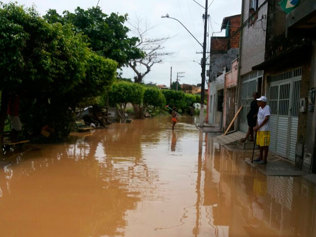 Moradores de Santo Amaro tentam tirar a água das casas. (Foto: Magno Araújo/MaroMaro notícias)