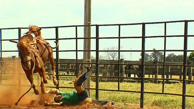 Adriano Moraes fratura a perna e tem convulsão ao cair do cavalo (Foto: Reprodução/TV Rodeio)