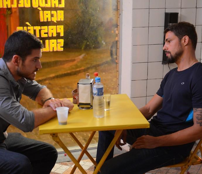 Juliano e Dante conversam sobre como conseguir provas contra Romero (Foto: Pedro Carrilho/ Gshow)