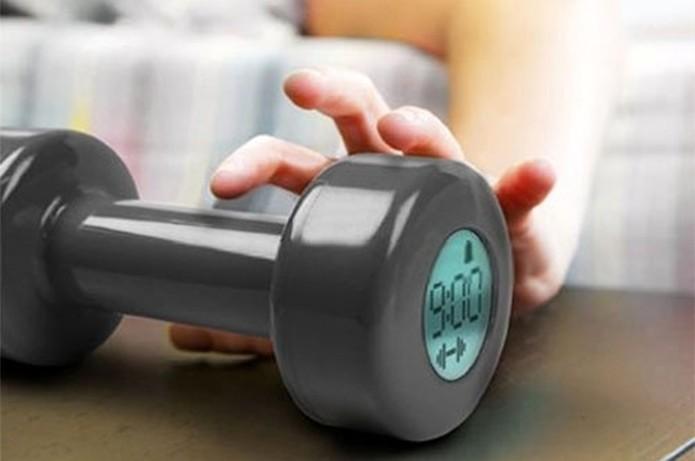 Para acordar é necessário fazer exercícios de bíceps com esse despertador (Foto: Divulgação)