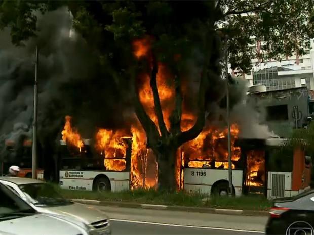 Ônibus pegou fogo após pane elétrica na Avenida Rebouças (Foto: Reprodução/TV Globo)