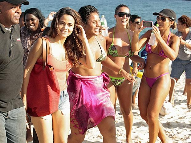 Nanda Costa faz a alegria das banhistas (Foto: Salve Jorge/TV Globo)
