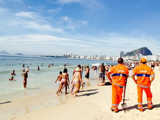 Depois da festa, cariocas e turistas aproveitam o sol de Copacabana. (Foto: Glenda Almeida/G1)