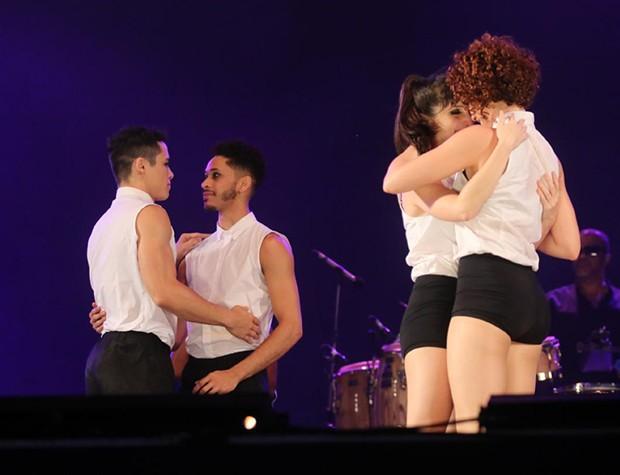 Bailarinos se beijam durante performance de Fernanda Abreu (Foto: Daniel Pinheiro/Agnews)