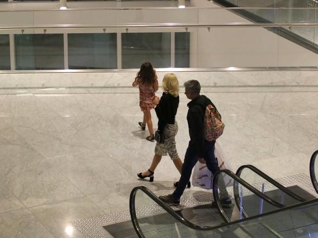 Flávia Alessandra e Otaviano Costa e a filha Olívia em shopping na Zona Oeste do Rio (Foto: Fábio Moreno/ Ag. News)