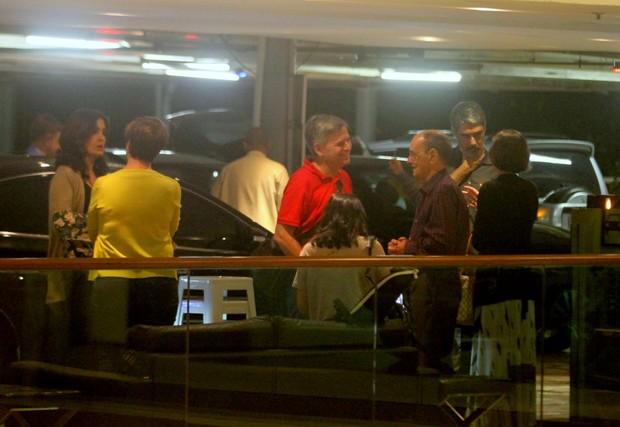 Fátima Bernardes e William Bonner com outros familiares no estacionamento (Foto: Agnews)