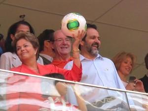 Presidente Dilma Rousseff levanta a bola da Copa do Mundo depois de autografá-la, durante cerimônia de inauguração do Estádio Nacional Mané Garrincha, na manhã deste sábado (18) (Foto: Lucas Nanini/G1)