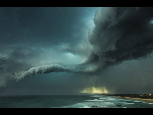 "Esta foto de uma tempestade em Tacking Point, perto de Sydney, na Austrália, foi feita por William Eades e venceu na categoria "" At the Water's Edge"". (Foto: William Eades)"