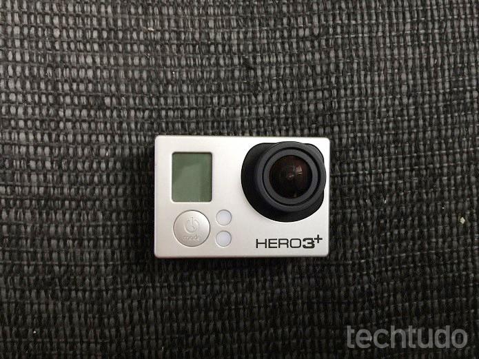 Câmera deve ser desligada antes de ser carregada (Foto: Thiago Barros/TechTudo)