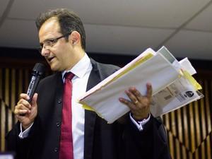 10/5/2013 - Promotor Marcos Mousinho lê conclusão do arquivamento (Foto: Jonathan Lins/G1)