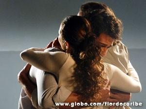 Donato e Bibiana abraçam o filho (Foto: Flor do Caribe/TV Globo)