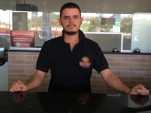 Gerente de pizzaria, Carlos Ney, afirma que produto pode ficar mais caro por causa de reajuste do preço do gás em Goiânia Goiás (Foto: Vanessa Martins/G1)