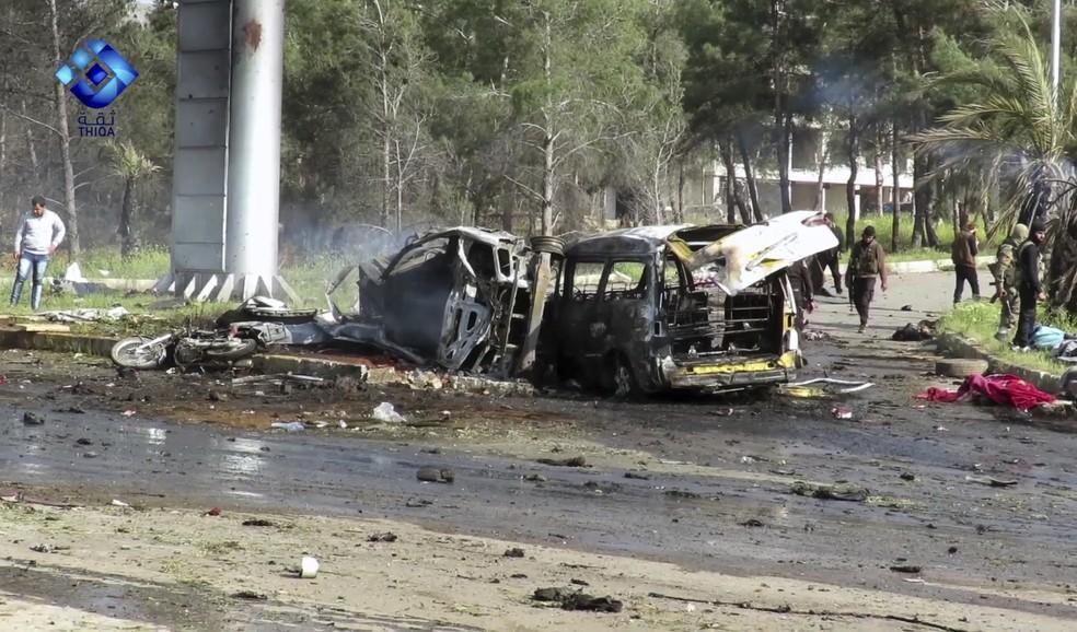Imagem retirada de vídeo da agência Thiqa News mostra rebeldes na região em que uma explosão atingiu ônibus estacionados em Rashideen neste sábado (15) (Foto: Thiqa News via AP)