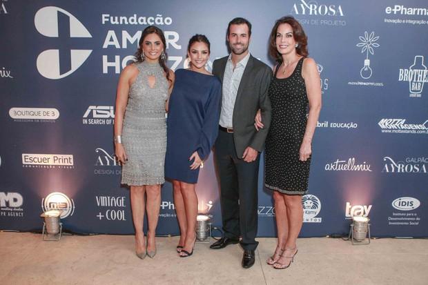 Carol Celico com o namorado, Eduardo Scarpa,a mãe, Rosangela Lyra, e a sogra (Foto: Raphael Castello/AgNews)