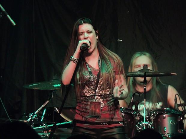 Dani canta durante show do Shadowside (Foto: Irisbell Mello/Divulgação Shadowside)