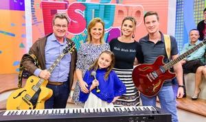 Rafa Gomes cantou a autoral 'Conectada Família' com a mãe, Márcia, o pai, Aguilar e o irmão, Felipe, no Estúdio C (Foto: Priscilla Fiedler/RPC)