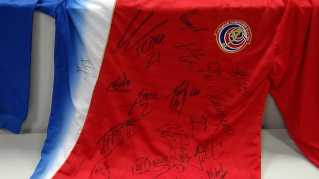 Camisa da seleção da Costa Rica que Luiz Linna ganhou de um torcedor (Foto: Priscila Martinez)