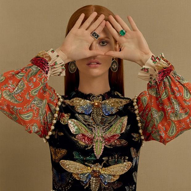 Brincos (R$ 26.010) e anel (R$ 17.850), ambos de jades nefritas, ônix e lápis-lazúlis, e anel de esmeralda. Vestido Gucci (Foto: Mar+Vin)