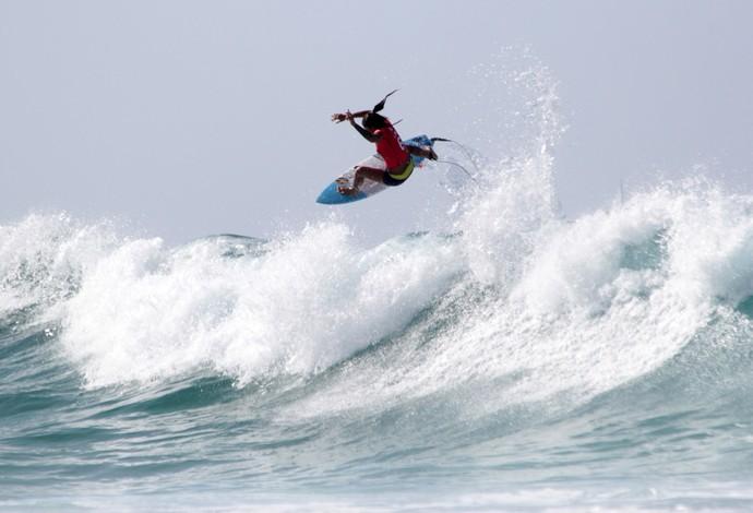 Silvana Lima executa aéreo espetacular e tira primeiro 10 da etapa de Gold Coast do Mundial de Surfe (Foto: Luciana Pinciara)