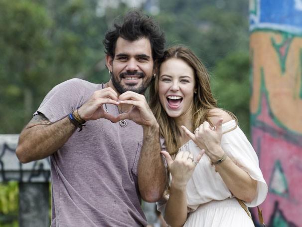 Juliano Cazarré e Paolla Oliveira fazem o coraçãozinho, em brincadeira nos bastidores de gravação (Foto: Bob Paulino / TV Globo)