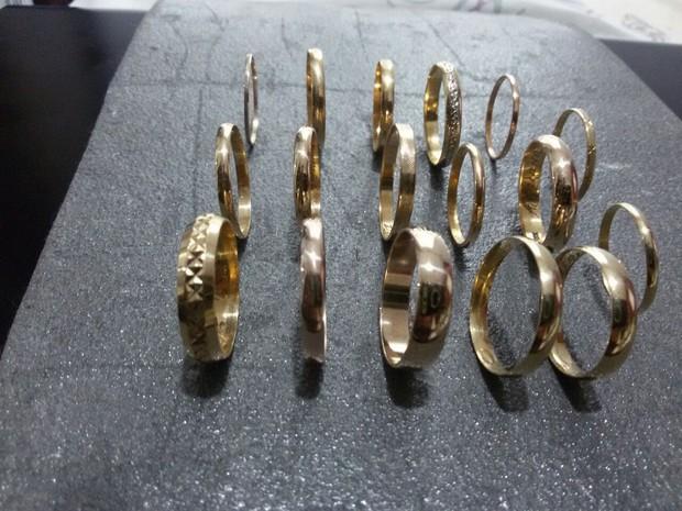 Homem já encontrou várias alianças de ouro com detector de metais (Foto: Reprodução / TV Tribuna)