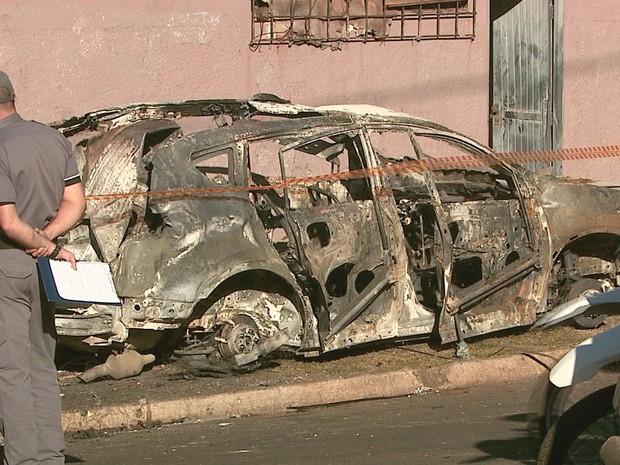 Veículos incendiados pela quadrilha foram periciados (Foto: Reprodução/EPTV)
