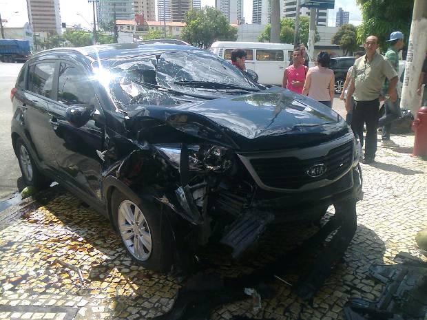 Frente do carro ficou danificada após batida (Foto: Dominik Giusti/G1)