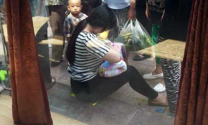 Mãe amamenta bebê em Xianyang (Foto: Reprodução/Kidspot)