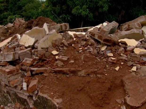 Casas históricas de fazenda se transformam em montanhas de entulho em Araraquara (Foto: Reprodução/EPTV)