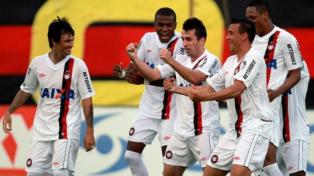 Elias gol Atlético-PR x Vitória (Foto: Felipe Oliveira / Ag. Estado)