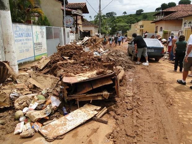 População tenta salvar bens (Foto: Alex Araújo / G1 MG)