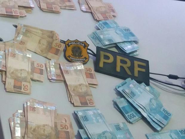 Dinheiro foi encontrado em mala dentro do carro do parlamentar (Foto: Divulgação/PRF)