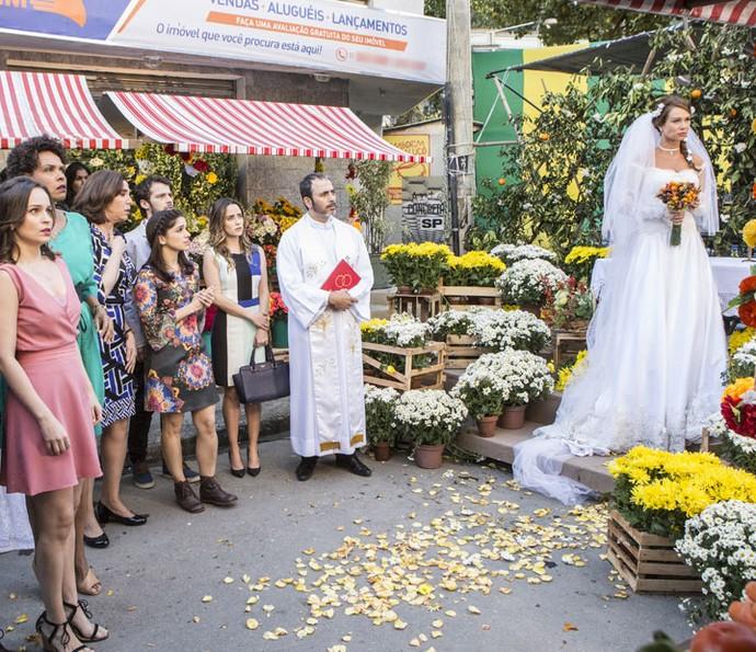 Feirante e os convidados são surpreendidos com vídeo de suposta traição do noivo (Foto: Felipe Monteiro/Gshow)