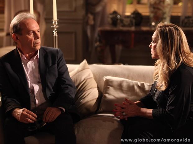 Desesperado, Herbert desabafa com Pilar (Foto: Jacson Vogel / TV Globo)