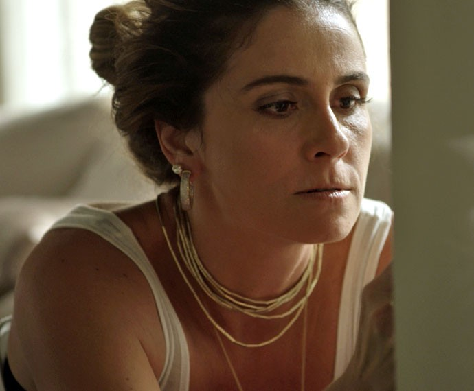 Atena amarra e amordaça Sumara (Foto: TV Globo)