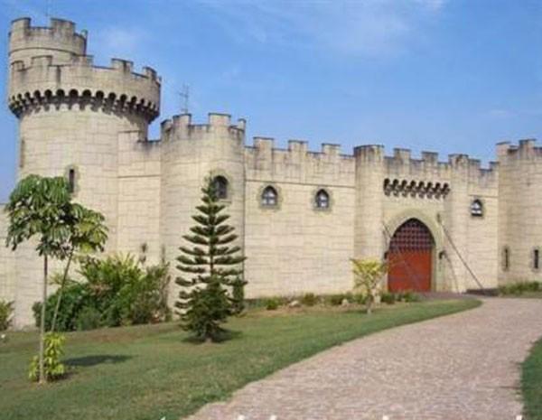 Castelo em Araras, que está à venda, é anunciado com um fantasma e sua cripta. (Foto: Estância Imóveis)