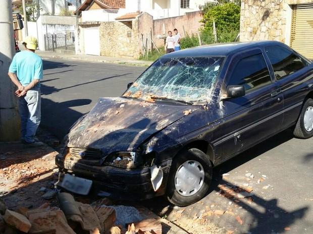 Motorista perdeu controle e atropelou mulher na calçada em Capivari (Foto: Tonny Machado/Raízes FM)