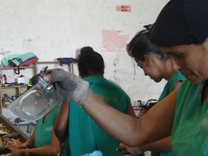 Catadores encontram vidro no lixo que está sendo separado. (Foto: Carolina Sanches/G1)