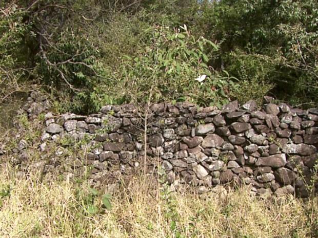 No caminho, é possível encontrar uma trincheira feita pelos combatentes mineiros (Foto: Reprodução/EPTV)