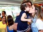 Fernanda Pontes ganha selinho da filha em ida ao teatro