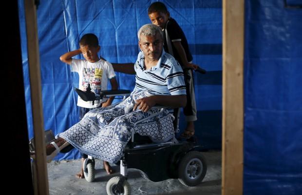 Ali Wahdan e seus filhos em abrigo na cidade de Beit Hanoun (Foto: Suhaib Salem/Reuters)