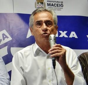 Roberto Mendes discursa durante sua aclamação como presidente do CSA (Foto: Henrique Pereira/ GloboEsporte.com)