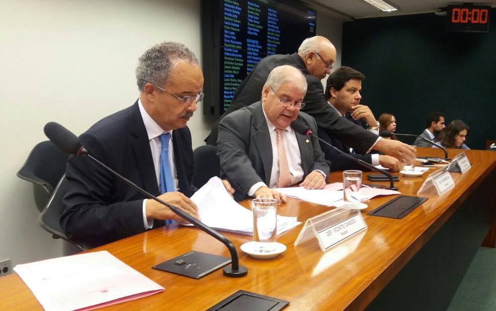 O relator da reforma política, Vicente Cândido (PT-SP) (esq.), ao lado do presidente da comissão, Lucio Vieira Lima (PMDB-BA) (Foto: Bernardo Caram/G1)