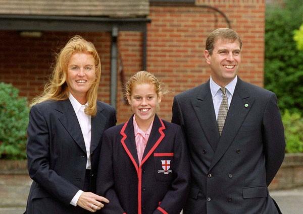 Sarah Fergunson em 2000, ao lado da princesa Beatrice e do então marido Andrew (Foto: Getty Images)