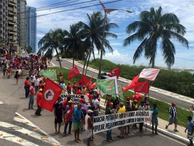 Grupo que apoia o governo Dilma Rousseff  caminha pela Ladeira do Sol, na Zona Leste de Natal (Foto: Anderson Barbosa/G1)