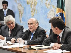 O senador Flexa Ribeiro (PSDB-PA) entre os senadores Delcídio Amaral (PT-MS, à esquerda) e Ivo Cassol (PP-RO) na reunião da  e a Subcomissão de Acompanhamento das Obras da Usina Hidrelétrica de Belo Monte (Foto: Geraldo Magela/Agência Senado)