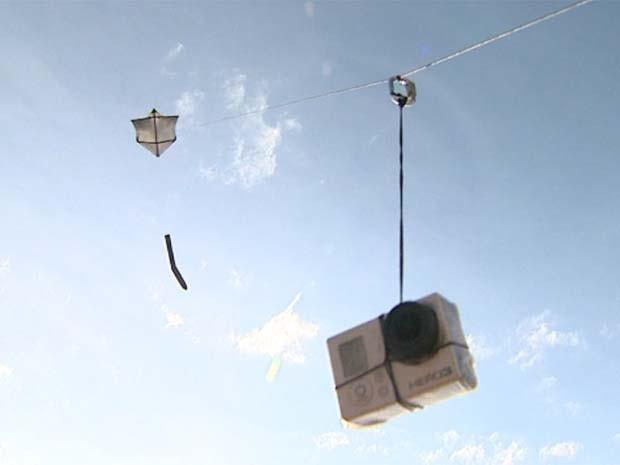 Pipa com câmera acoplada na linha ganhou o apelido de drone caipira (Foto: Cláudio Oliveira/EPTV)