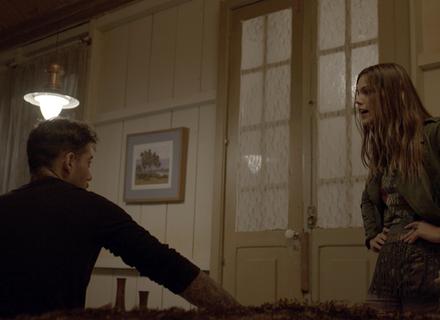 Alina briga com Uodson e o coloca para dormir fora do chalé