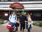 Naldo posa com Ellen Cardoso e os filhos na França